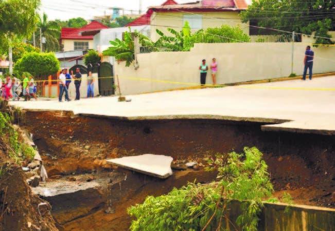 Presidente Medina recorre otras zonas afectadas por el huracán María