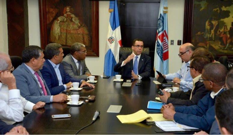 Navarro y funcionarios Minerd