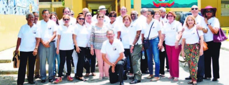 Parte del grupo de bachilleres de la memorable promoción de la escuela Gerardo Jamsen, de Higüey, quienes se reunieron después de 50 años de ausencia. Casi todos se