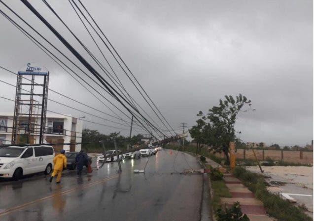 Poste del tendido eléctrico derribado por el viento/Foto:@hgermanjimenez