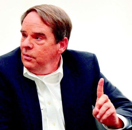 Robert N. Renkes durante la entrevista para HOY