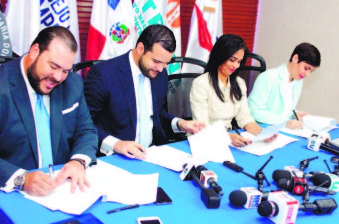 Víctor Gómez Casanova, Rafael Paz, Claudia de los Santos e Yolanda Martínez en la firma del acuerdo