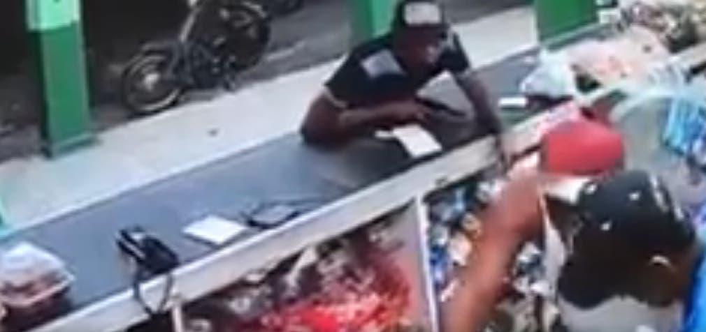 Video: Hasta botellas de alcohol se llevaron durante atraco a colmado en Alma Rosa