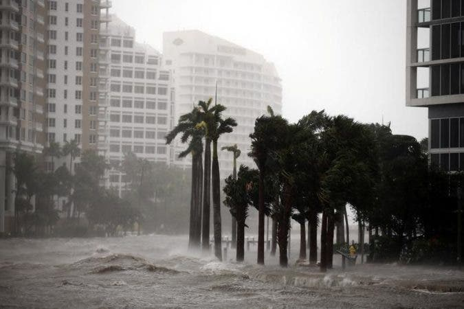 El agua sube hasta la acera junto al río de Miami, en el centro de Miami, durante la llegada del huracán Irma al sur de Florida, Estados Unidos, 10 de septiembre de 2017. REUTERS/Carlos Barria