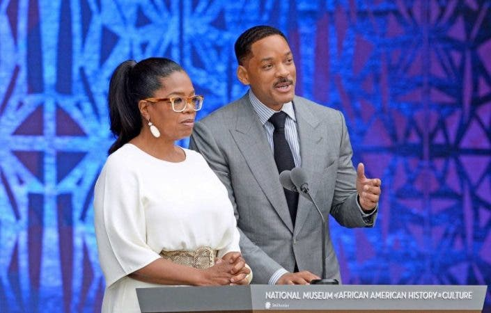 Oprah Winfrey junto al actor Will Smith en un acto en Washington. EFE/EPA/OLIVIER DOULIERY / POOL