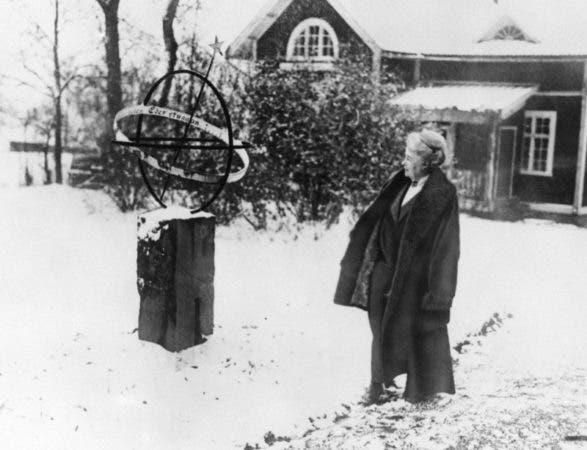 La autora sueca Selma Largerlof en el jardín de su casa en la provincia de Vermland, Suecia. Largerlof ganó el Premio Nobel de Literatura en 1909 por sus relatos basados en cuentos folklóricos y leyendas locales. Fue la primera mujer en recibir el galardón.