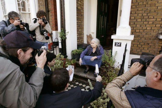La escritora británica Doris Lessing conversa con periodistas afuera de su casa en Londres tras anunciarse que ganó el Premio Nobel de Literatura. A los 87 años, es la persona de mayor edad que ha recibido el galardón.