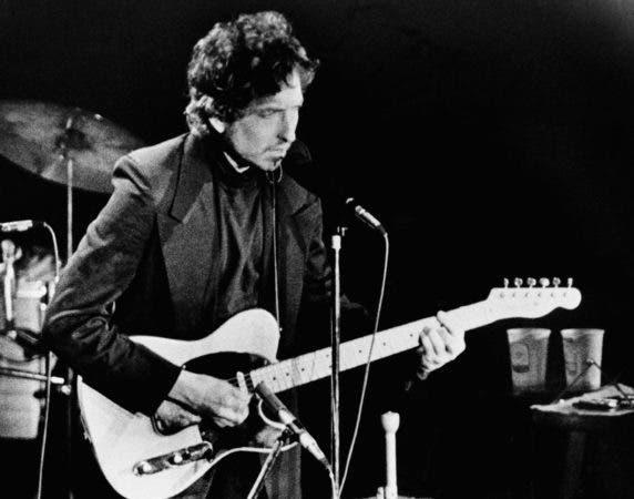"""El cantautor y poeta Bob Dylan toca en Uniondale, Nueva York. Dylan recibió el Premio Nobel de Literatura en el 2016. La Academia Sueca lo elogió """"por haber creado nuevas expresiones poéticas dentro de la gran tradición de la canción estadounidense""""."""