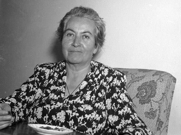 La poeta chilena Gabriela Mistral en Fortín de las Flores, México, donde se encontraba recuperándose de un ataque cardiaco. Mistral fue galardonada con el Nobel de Literatura en 1945.