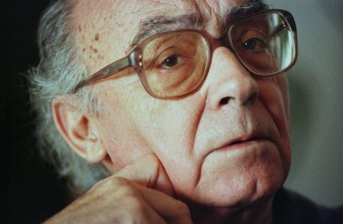 El escritor portugués José Saramago, ganador del Premio Nobel de Literatura 1998, durante una entrevista en la oficina de su casa en la isla española de Lanzarote.
