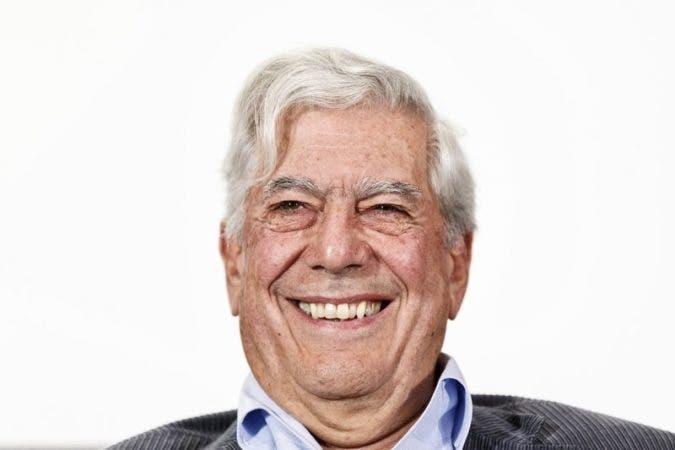 El escritor peruano Mario Vargas Llosa sonríe durante una conferencia de prensa por una nueva obra de teatro en Madrid. Vargas Llosa fue galardonado con el Premio Nobel de Literatura en el 2010.