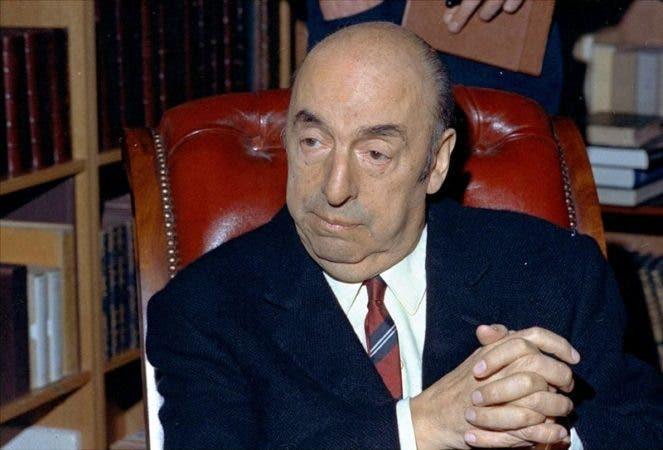 El poeta chileno Pablo Neruda, ganador del Premio Nobel de Literatura, en París.
