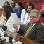 Waldo Ariel Suero, presidente del Colegio Médico Dominicano, dio lectura a un documento en el que acusa a las autoridades de salud de avasallar a los galenos y quitarles sus conquistas.