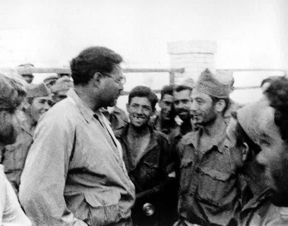 """El escritor estadounidense Ernest Hemingway, a la izquierda, visita a insurgentes españoles en el frente. Hemingway ganó en 1954 el Premio Nobel de Literatura por obras como """"Por quién doblan las campanas"""" (""""For Whom The Bell Tolls""""), basada en su experiencia cubriendo la Guerra Civil española."""
