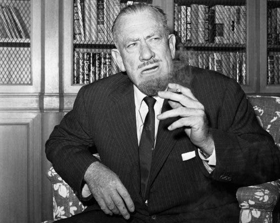 """John Steinbeck conversa con periodistas en la oficina de su editorial en Nueva York tras anunciarse que era el ganador del Premio Nobel de Literatura 1962. Steinbeck, más recordado por su relato sobre la Gran Depresión """"Las uvas de la ira"""" (""""The Grapes of Wrath""""), fue galardonado """"por sus escritos realistas e imaginativos que combinan un humor compasivo con una aguda percepción social""""."""