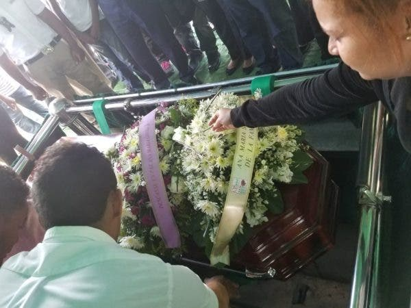 El sepelio se realizó pasadas las 10:00 de la mañana, en medio del duelo de familiares y amigos.