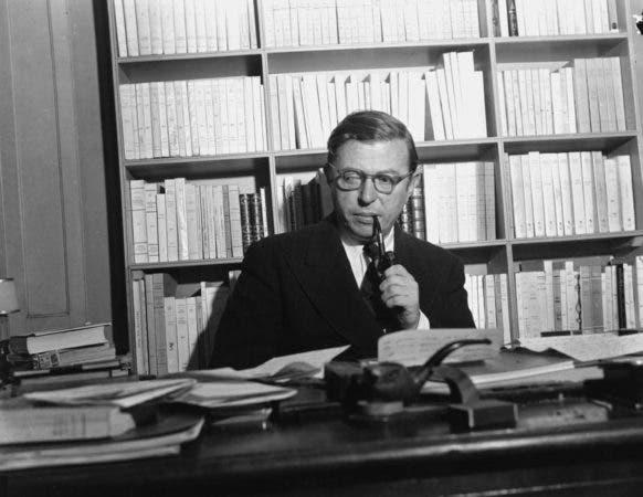 """El escritor y folósofo francés Jean-Paul Sartre en su estudio en París. La Academia Sueca le otorgó en 1964 el Premio Nobel de Literatura """"por una obra rica en ideas y llena del espíritu de libertad y la búsqueda de la verdad que ha ejercido una influencia trascendental en nuestra era"""". Pero Sartre, que fue una pieza central en el ascenso del pensamiento existencial en el siglo XX mediante obras como """"El ser y la nada"""" (""""Being and Nothingness""""), declinó el premio bajo la premisa de que rechazaba consistentemente todos los honores oficiales."""