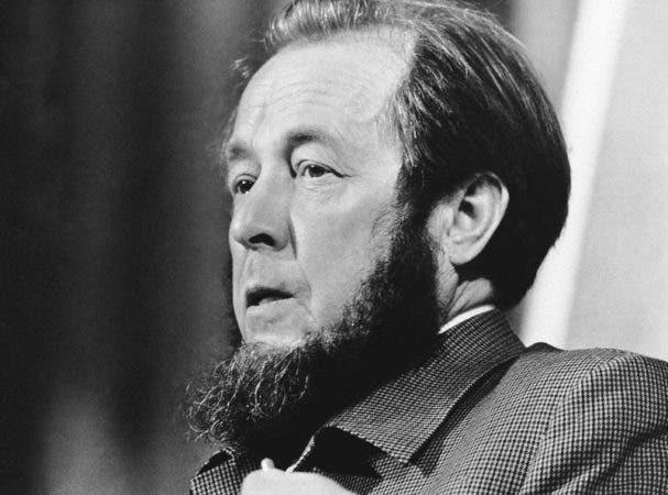 """El disidente soviético Aleksandr Solzhenitsyn en una conferencia de prensa en el Grand Hotel en Estocolmo. Solzhenitsyn ayudó a exponer los horrores de los campos soviéticos de trabajo forzado con sus propias experiencias en obras como """"Un día en la vida de Ivan Denisovich"""" (""""One Day in the Life of Ivan Denisovich""""). La Academia Sueca le otorgó en Nobel de Literatura en 1970 """"por la fuerza ética con la que ha perseguido las tradiciones indispensables de la literatura rusa"""". Solzhenitsyn decidió no salir de la Unión Soviética para recibir su premio, por temor a que las autoridades no le permitieran volver a entrar. Aceptó el honor cuatro años más tarde, tras ser exiliado de la Unión Soviética."""
