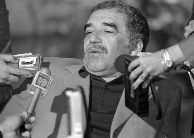 """Gabriel García Márquez es entrevistado en su casa en Colombia tras anunciarse que ganó el Premio Nobel de Literatura. La Academia Sueca elogió a Márquez """"por sus novelas y cuentos cortos, en los que la fantasía y la realidad se combinan en un mundo imaginario ricamente compuesto, reflejando la vida y conflictos de un continente"""". El autor de """"Cien años de soledad"""" es ampliamente considerado el escritor más popular en lengua española del siglo XX."""
