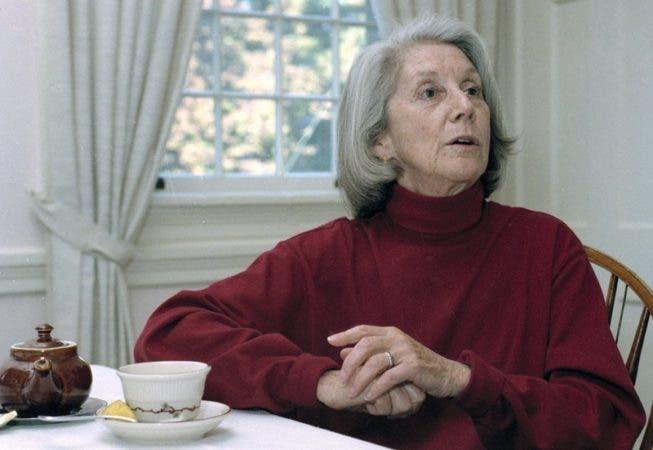 """La escritora surafricana Nadine Gordimer es entrevistada durante una visita de dos días a la Universidad de Massachusetts. En 1991 Gordimer se convirtió en la primera mujer en 25 años que ganaba el Nobel de Literatura. Fue reconocida por su """"escritora épica magnífica"""". Las historias de Gordimer, que incluyen """"El conservador"""" (""""The Conservationist""""), ayudaron a llamar la atención del mundo sobre los efectos del apartheid en la vida diaria en Suráfrica."""