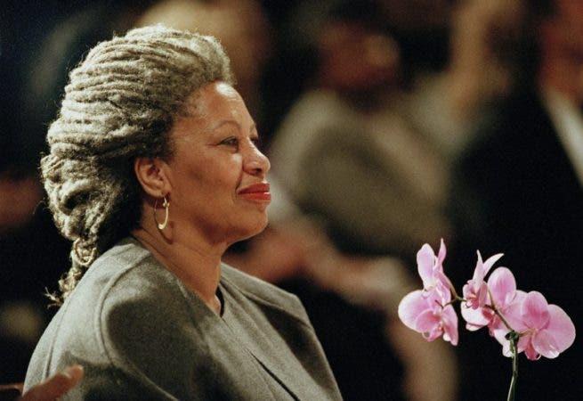 """Toni Morrison en la Catedral de San Juan el Divino en Nueva York. Al ser galardonada con el Premio Nobel de Literatura en 1993, la obra de Morrison fue elogiada por su """"fuerza visionaria e importancia poética"""" y por darle """"vida a un aspecto esencial de la realidad estadounidense"""". Sus novelas, como """"Amada"""" (""""Beloved""""), han puesto una luz sobre los prejuicos raciales que han afligido a su país."""