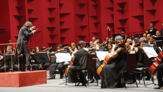 Director Santy Rodríguez en un concierto para recordar