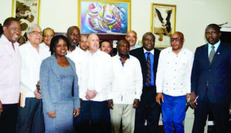 Al centro los ministros Francisco Domínguez Brito y Pierre Simón Georges, junto a funcionarios.
