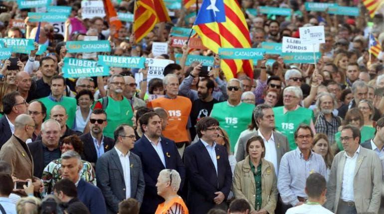 Autoridades y miles de catalanes se manifiestan contra el Gobierno español