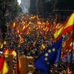 Se manifiestan en el centro de Barcelona para protestar por la iniciativa independentista del gobierno de Cataluña, el 8 de octubre de 2017. La manifestación se celebra una semana después de que el ejecutivo regional, de tendencia secesionista, celebró un referéndum de independencia que había sido suspendido y declarado ilegal por el gobierno central de Madrid. (AP Foto/Francisco Seco.