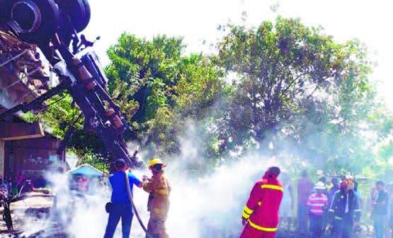 Bomberos de San Pedro de Macoris tratando de apagar el camión.