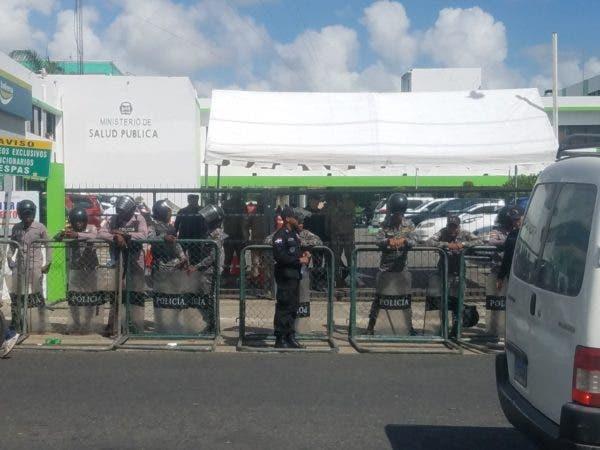 Un cerco policial resguardaba la entrada del Ministerio de Salud Pública, hacia donde marcharon cientos de médicos este martes en demanda de que se cumplan los acuerdos firmados el año pasado.