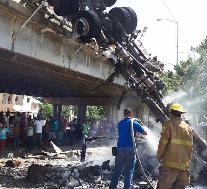 Se incendia camión y cae al vacío en San Pedro de Macorís