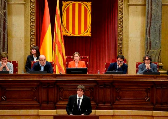 Catalan regional government president Carles Puigdemont (C) gives a speech at the Catalan regional parliament in Barcelona on October 10, 2017. Spain's worst political crisis in a generation will come to a head as Catalonia's leader could declare independence from Madrid in a move likely to send shockwaves through Europe.  / AFP / LLUIS GENE