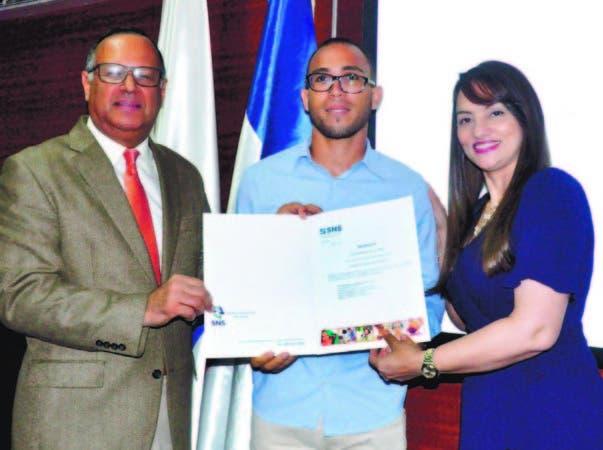 El doctor Nelson Rodríguez Monegro entrega nombramiento al doctor José Juan Pablo Germán.