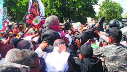 Médicos marchan al Ministerio de Salud Pública