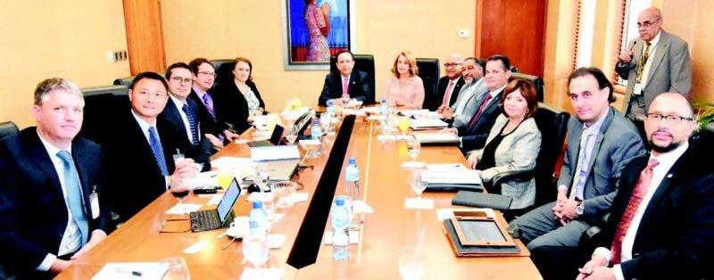 El gobernador del Banco Central, licenciado Héctor Valdez Albizu, encabeza la reunión con los integrantes de la misión técnica del FMI que visita el país