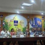 El ministro Pedro Vergés pronuncia el discurso para dejar inaugurada la Feria Regional del Libro en Azua