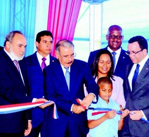 Medina entrega escuela en Santo Domingo Este