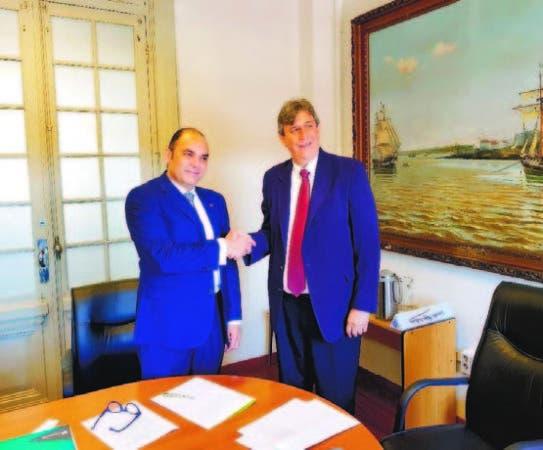 Enrique Ramírez Paniagua y Robert Cirilo Dorado firman acuerdo