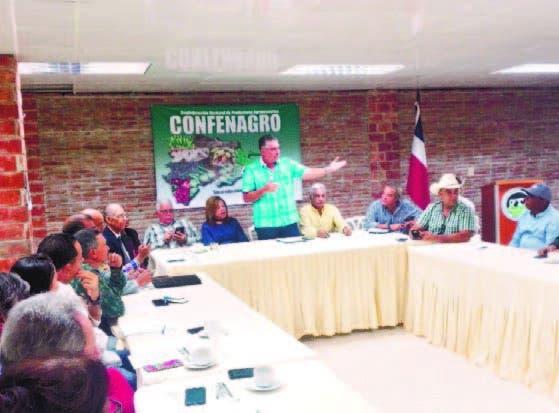 Eric Rivero expone ante ganaderos productores de carne.