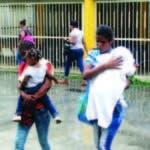 Estas dos madres se marchan del hospital Robert Reid Cabral en donde el área de consulta estuvo cerrada