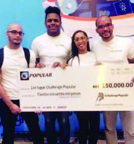 Estudiantes recibiendo su premio