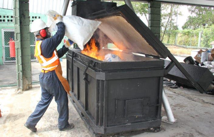 Incinera más de 9 mil productos decomisados no apto para el consumo