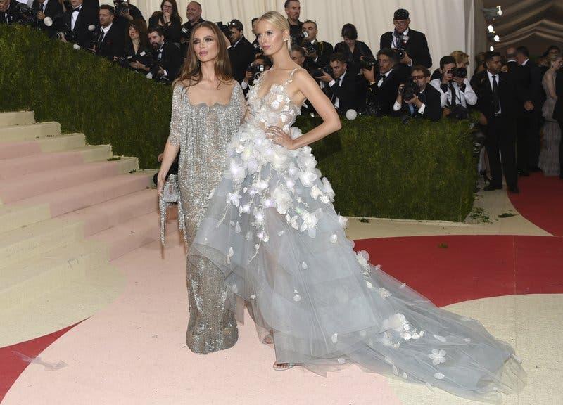 Las diseñadora de Marchesa Georgina Chapman, izquierda, y la modelo Karolina Kurkova llegan a la Gala del Instituto del Vestido del Museo Metropolitano de Arte en Nueva York  (Foto Evan Agostini/Invision/AP, archi