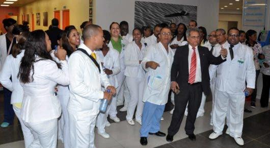 Pacientes se quejan por paralización de labores en los hospitales