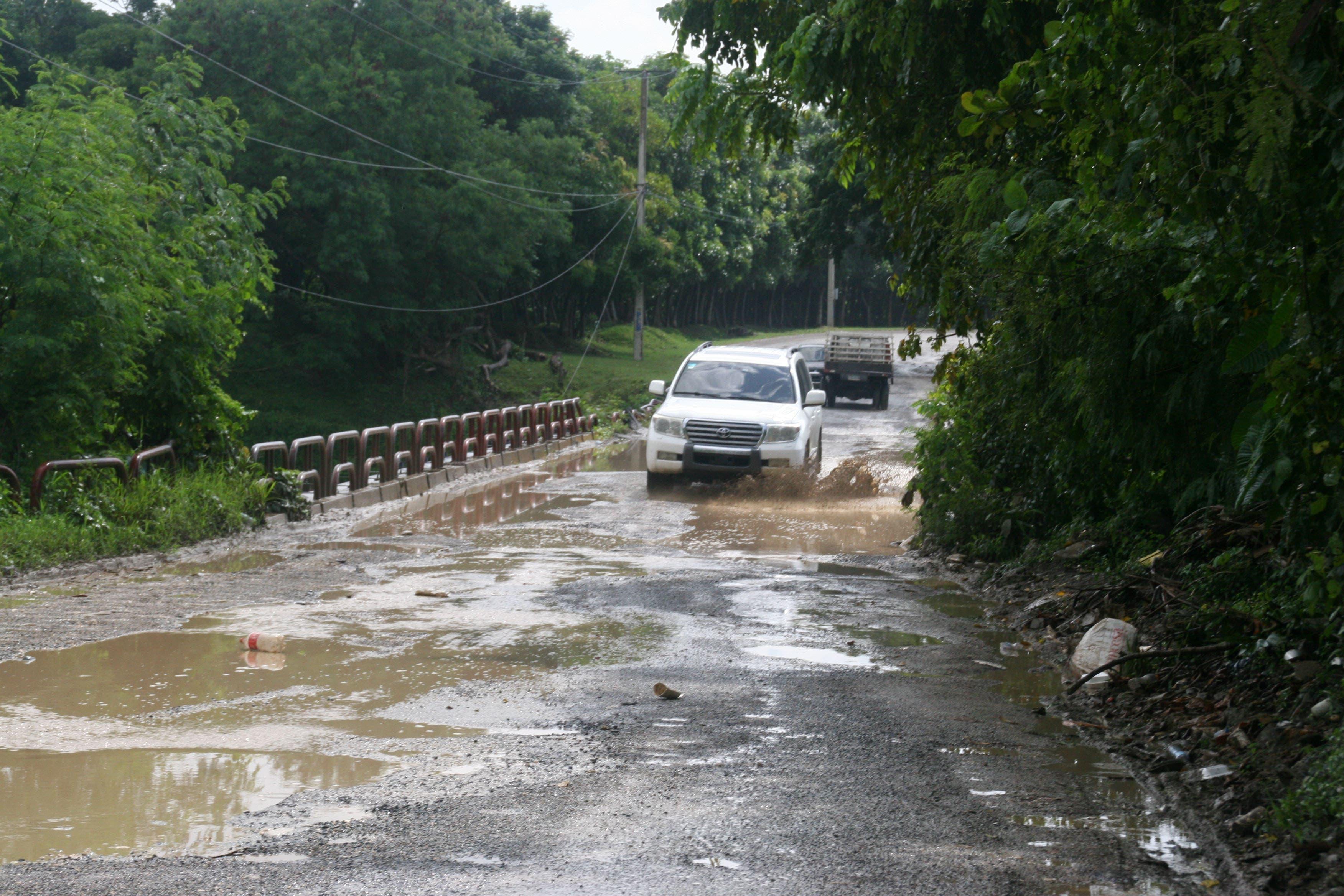 Recorrido por la comunidad e Haina y Mano Guayabo por las mala condiciones de las A.V, y calles así como el puente en muy malo estado de la estructura en foto : A.V Haina quita sueño el puente HOY Duany Nuñez 12-9-2017