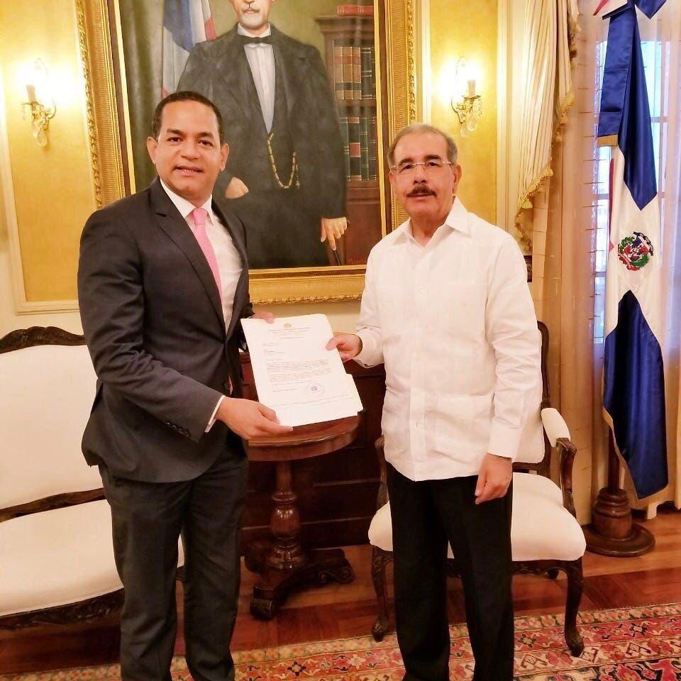 Legislador entrega a Danilo resolución demanda acueductos para Santiago