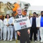 Los médicos quemaron la foto del doctor Rodríguez Monegro, lo acusan de crear un caos en la red