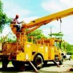 Maquinaria pesada busca instalar un poste de hormigónC