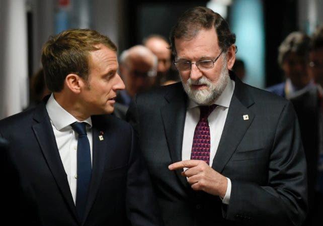 Mariano Rajoy (derecha) habla con el presidente de Francia,  Emmanuel Macron/AP
